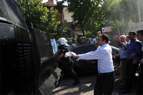 Diyarbakır'da BDP'li vekillere müdahale 26