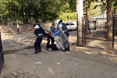 Diyarbakır'da BDP'li vekillere müdahale 78