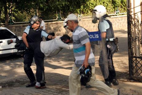 Diyarbakır'da BDP'li vekillere müdahale 80