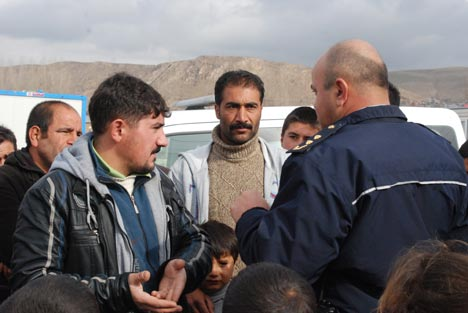 Erciş'te depremzedeler polis zoru ile sokağa atılıyor 7