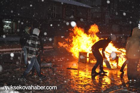 Yüksekova'da banka şubesi ateşe verildi 10