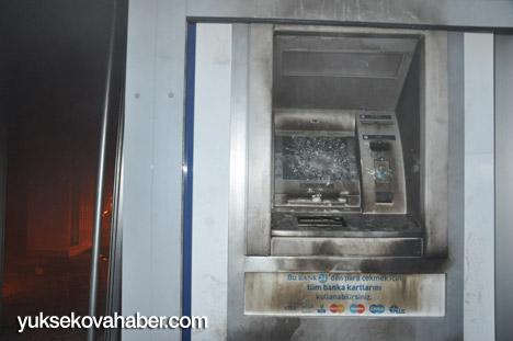 Yüksekova'da banka şubesi ateşe verildi 9