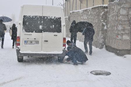 Hakkari'de kar yağışı hayatı olumsuz etkiliyor 11
