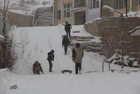 Hakkari'de kar yağışı hayatı olumsuz etkiliyor 18