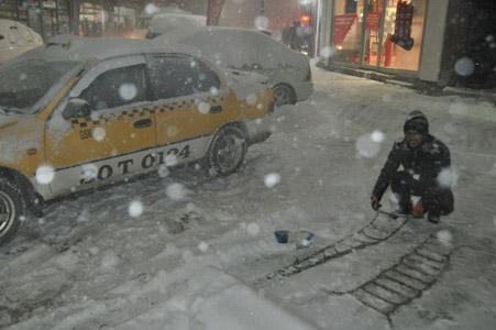 Hakkari'de kar yağışı hayatı olumsuz etkiliyor 25