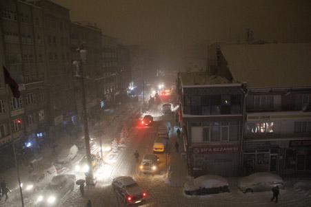 Hakkari'de kar yağışı hayatı olumsuz etkiliyor 28