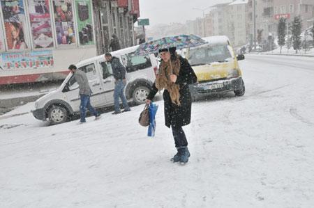 Hakkari'de kar yağışı hayatı olumsuz etkiliyor 8