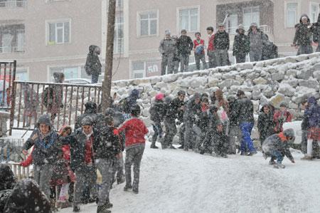 Hakkari'de kar yağışı hayatı olumsuz etkiliyor 9