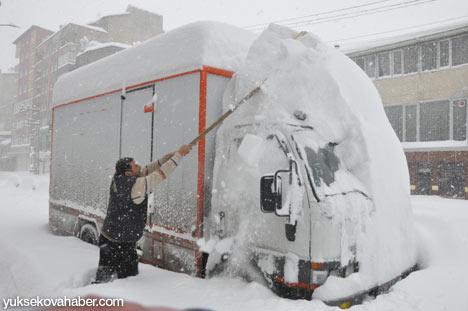 Kar yağışı Yüksekova'yı esir aldı 1