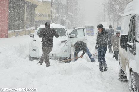 Kar yağışı Yüksekova'yı esir aldı 19