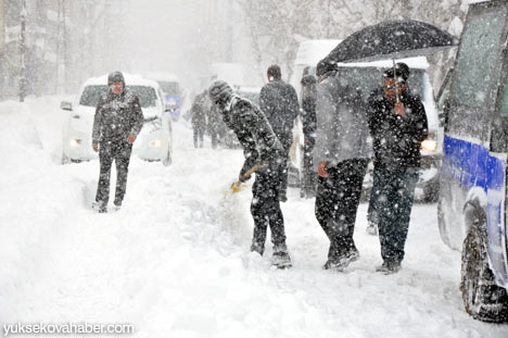 Kar yağışı Yüksekova'yı esir aldı 20