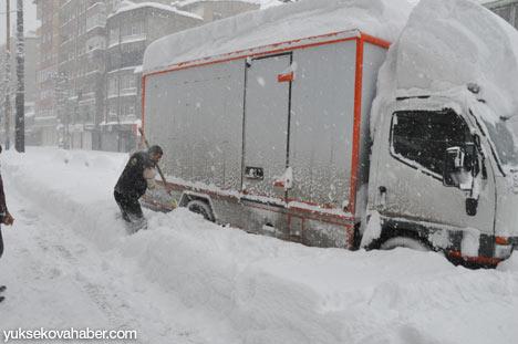 Kar yağışı Yüksekova'yı esir aldı 31
