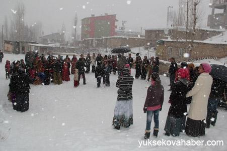 Hakkari'de Kar altında düğün 12