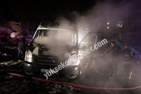 Hakkari'de yolcu servisi ateşe verildi 10
