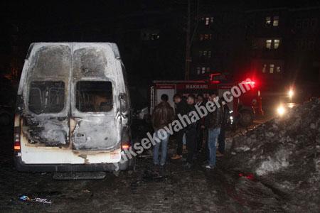Hakkari'de yolcu servisi ateşe verildi 13