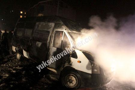 Hakkari'de yolcu servisi ateşe verildi 9