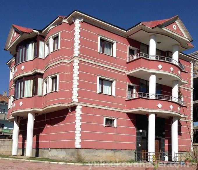 Yüksekova'da kullanılamaz hale gelen evlerden fotolar 1