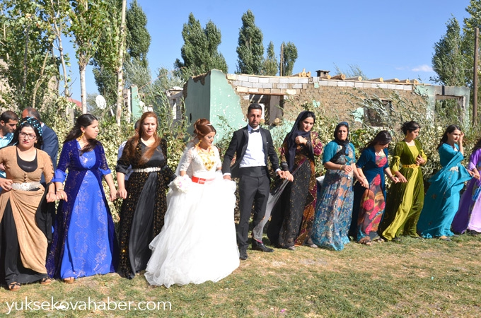 Yüksekova'da yıkıntılar arasında düğün 1