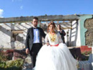 Yüksekova'da yıkıntılar arasında düğün