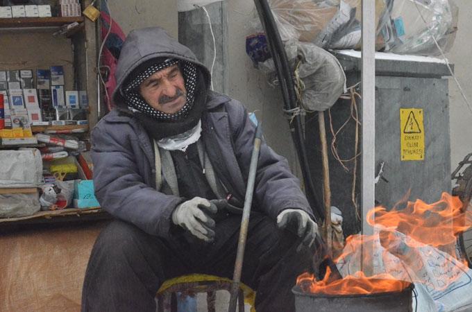 Yüksekova'da aşırı soğuklar hayatı felç etti 1