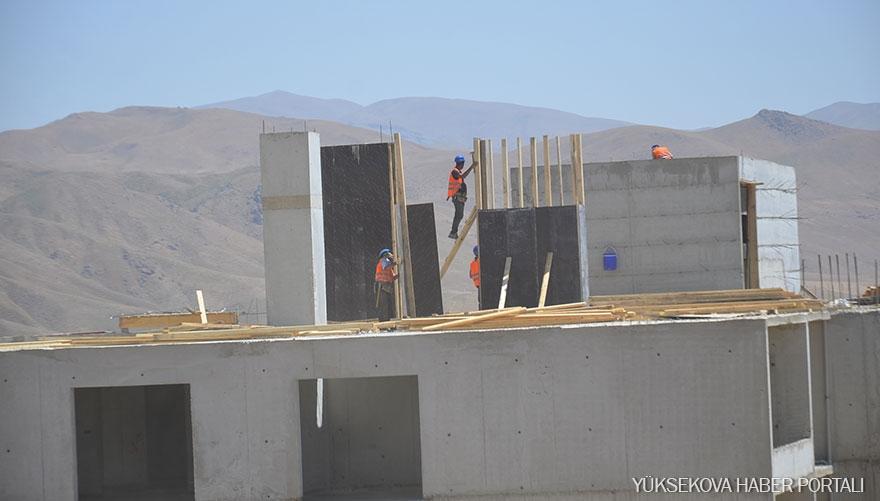 Yüksekova'da TOKİ konutlarının yapımı sürüyor 10