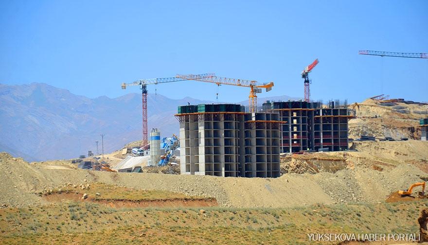 Yüksekova'da TOKİ konutlarının yapımı sürüyor 11