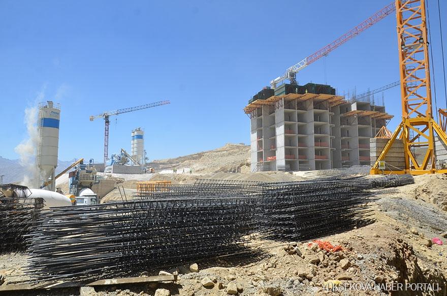 Yüksekova'da TOKİ konutlarının yapımı sürüyor 17