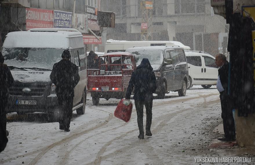 Yüksekova'da kar yağışı etkili oldu - FOTO 1