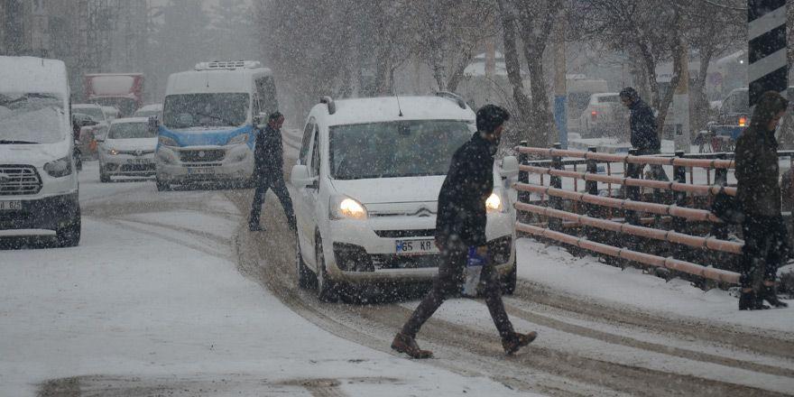 Yüksekova'da kar yağışı etkili oldu - FOTO