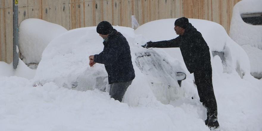 Yüksekova'da kar yağışı devam ediyor