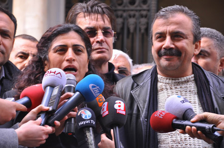 Demokrasi  adayları seçim kurullarına başvurdu 30