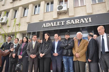 Demokrasi  adayları seçim kurullarına başvurdu 33