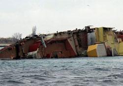 Göçmenleri taşıyan gemi battı