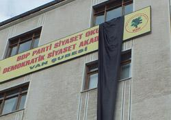 BDP binasına siyah bez asıldı