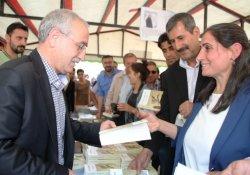 Van Bağımsız Milletvekili Aktaş, İmza Gününde Okurlarıyla Buluştu