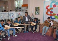 Bu gençler eğitim görüp müzik öğreniyorlar