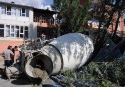 Hakkari'de Beton Mikseri Barakanın Üzerine Devrildi