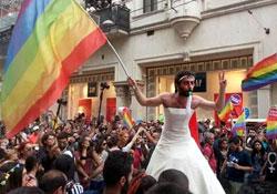 LGBTİ Onur Yürüyüşü için binlerce kişi Taksim'de