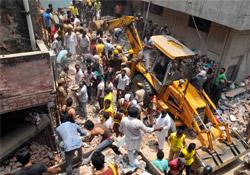 Hindistan'da İki Bina Çöktü: 27 Ölü
