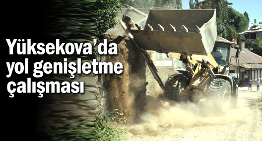 Yüksekova'da yol genişletme çalışmaları sürüyor