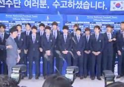 Güney Kore'li futbolculara protesto
