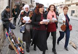 Artuklu'da kadın yürüyüşü için bildiri dağıtıldı