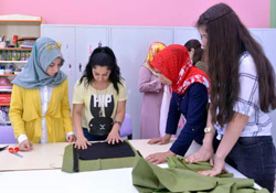 Tekstil Atölyesi'nde kadınlar hem öğreniyor hem tasarlıyor