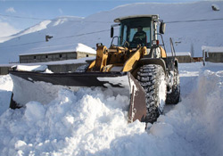 Yüksekova Belediyesi kar temizleme çalışmalarına devam ediyor