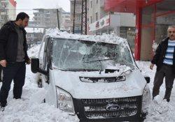 Çatıdan düşen kar arabayı hurdaya çevirdi