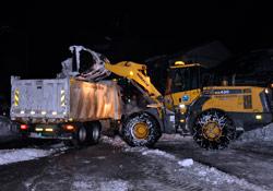 Yüksekova'da çarşı merkezi kardan temizlendi