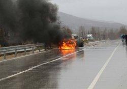 Kaza yapan otomobil alev topuna döndü