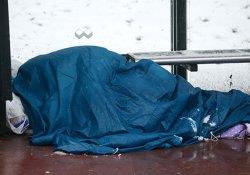 Otobüs durağında yatan evsiz adam, yardımı kabul etmedi