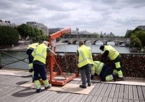 Parisliler aşıkların kilitlerini satıp mülteciler için para toplayacak