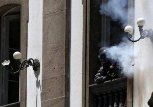 Brezilya polisi göstericilere kiliseden ateş açtı